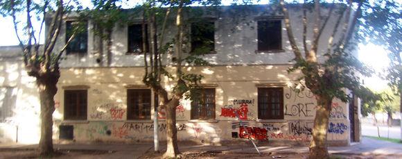 Las paredes de la EPB N° 14 tenían abundantes escrituras en aerosol y manchas de pintura.
