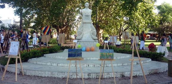 Varios artistas plásticos locales expusieron sus obras este jueves en la plaza Emilio Mitre.