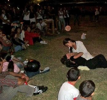 Dos jóvenes realizaron una representación teatral, ya bien entrada la noche.