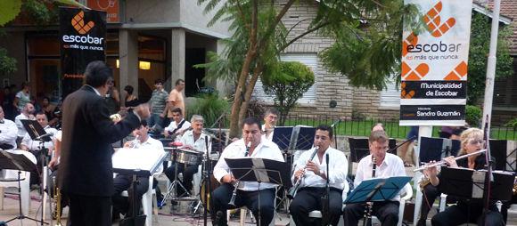 La Banda Municipal de Música abrió el espectáculo de la peatonal en la calle Fernández.