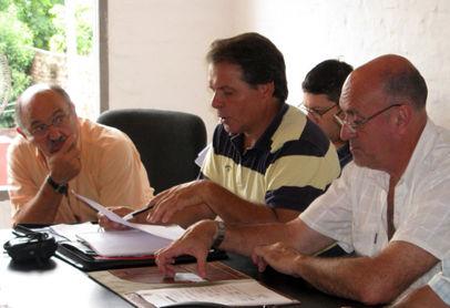 La comisión directiva, encabezada por Omar León.