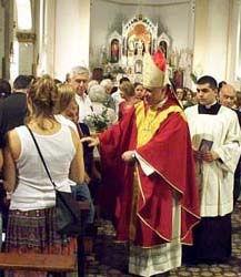 Monseñor Sarlinga, entre los fieles que asistieron a la misa en la cocatedral.