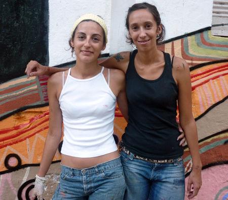 Brenda Vallier y María Eugenia Conradi participaron en la pintura del mural.</p>