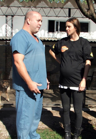 La modelo dialoga con un veterinario.
