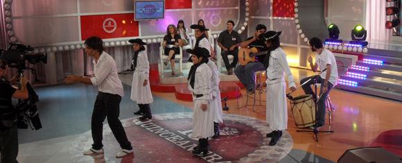 """El grupo infantil del ballet Viene Clareando se presentó exitosamente en el programa """"Quinceañeras""""."""