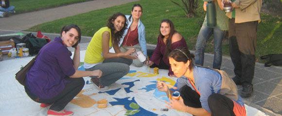 Un grupo de jóvenes pintoras participó en la confección de una bandera con motivos integradores.
