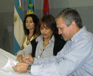 Silvia Paolillo de Achaval y Mario Dobal firman el convenio.