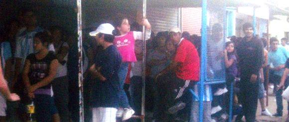 El recital de cumbia convocó a varios cientos de personas, que tuvieron que hacer cola y pagar una entrada de $ 25.
