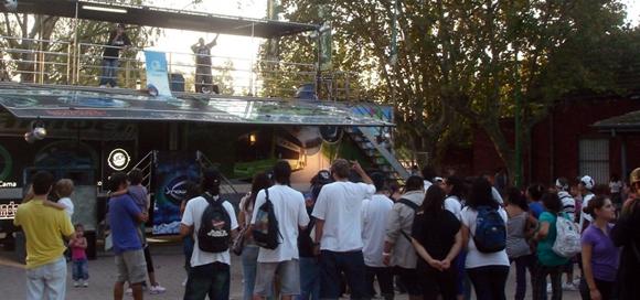 El hip hop se apoderó del escenario de la peatonal de Maschwitz, en una propuesta que convocó al público juvenil.
