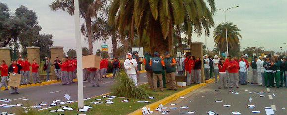 """La entrada a """"El Portal de Escobar"""" estuvo cortada durante la protesta de los trabajadores."""