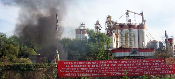 El humo, señal inconfundible de un reclamo que resurge en los molinos de la ruta 25.