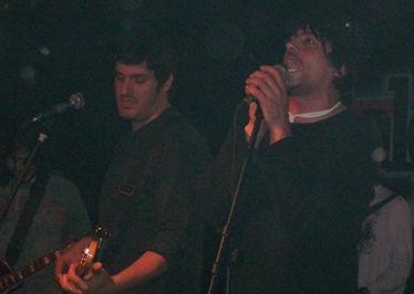 """""""El Mono"""" Díaz, la voz cantante de Hermanos."""