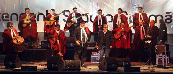 El intendente Sandro Guzmán vió el show en primera fila y subió al escenario a saludar al artista.