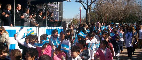 Las delegaciones escolares participaron del desfile con banderitas celestes y blancas.