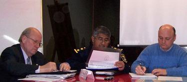 Juan Carlos Papa, el comisario Carlos Vara y Juan Butori, en la reunión del Foro.