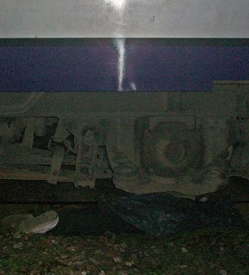 El cuerpo del joven quedó apretado bajo una rueda del tren.