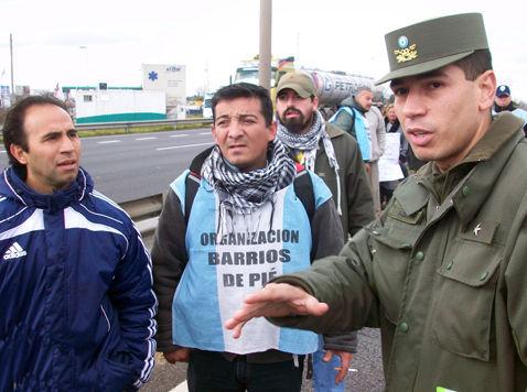Un gendarme intenta negociar con Miguel Vale y Oscar Hurtado para despejar el camino.
