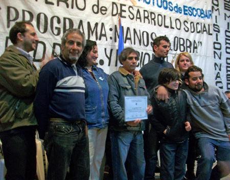 Un grupo de emprendedores posa para la foto tras recibir un diploma expedido por el Ministerio.