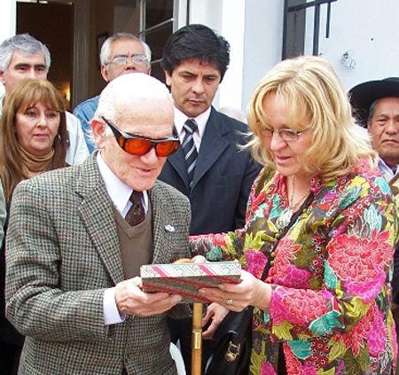 La director de Cultura del Municipio, Iris Pavoni, le entregó un presente oficial al doctor Belgrano.