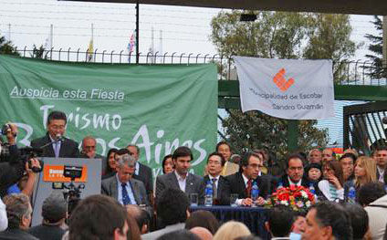 El presidente de la Fiesta de la Flor, Tetsuya Hirose, pronuncia su discurso ante autoridades y público.
