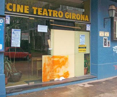 Uno de los blindex de la entrada principal del Girona fue roto en la madrugada del sábado.
