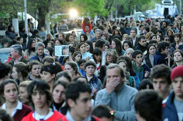 Una multitud dio vueltas a la plaza Emilio Mitre en reclamo de justicia y seguridad.