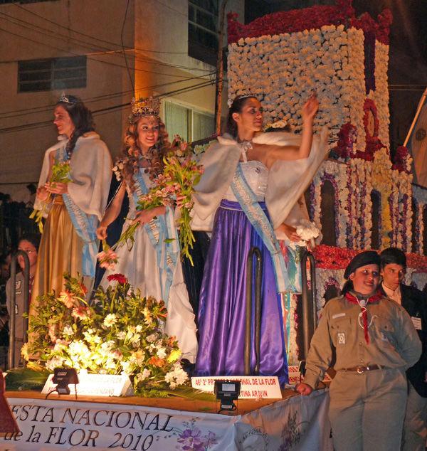 La Reina de la Fiesta de la Flor y sus princesas, en la carroza oficial.