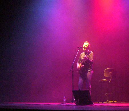 Pedro Aznar, solo en el escenario del teatro escobarense.