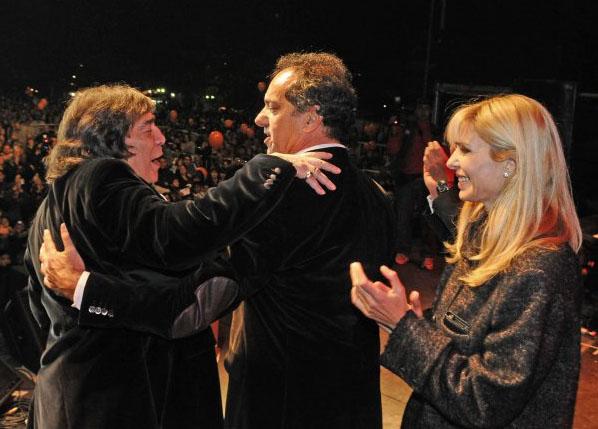 El gobernador y su esposa, Karina Rabolini, subieron al escenario a saludar a Castaña.