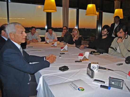 En una larga mesa rectangular, el empresario dialogó con medios locales en el club house del barrio Golf.