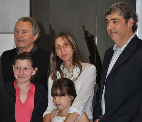 La ganadora del primer premio, junto a Palau y González.