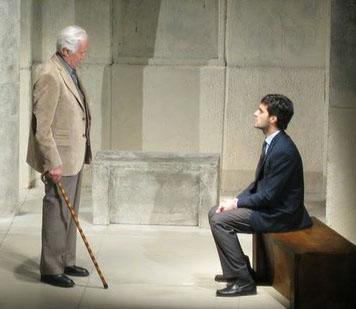 En la obra, Luppi dialoga con Navarro en una iglesia.