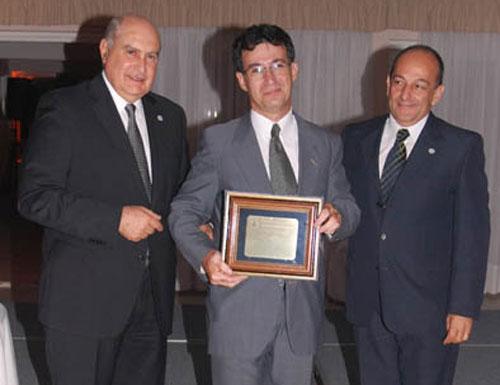 Hugo Bianco recibió una plaqueta por sus 25 años de actividad.