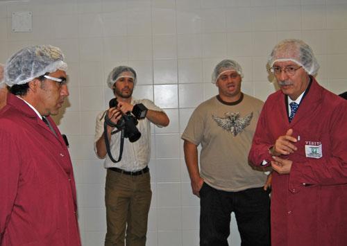 El CEO de Denver Farma, José Luis Tombazzi, le enseñó las instalaciones al intendente Guzmán.