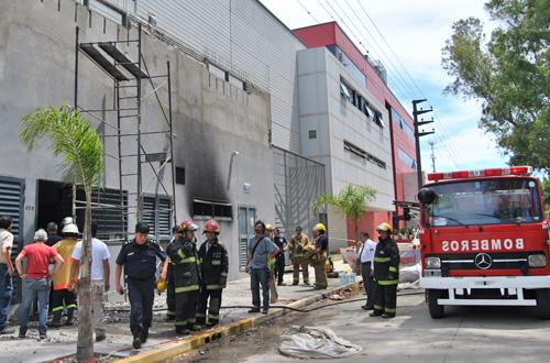 Un bombero debió ser asistido tras sufrir una descarga eléctrica.