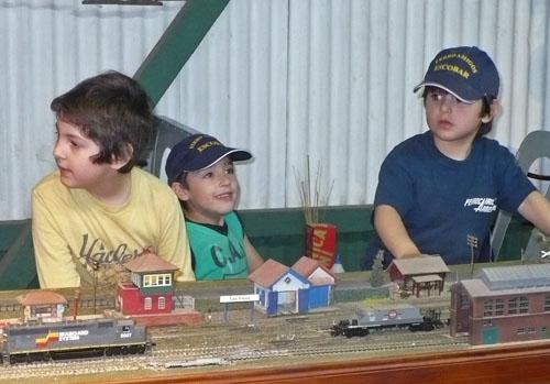 Los chicos disfrutaron de las hermosas piezas de ferromodelismo.