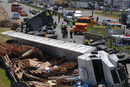 El tránsito permaneció cortado varias horas a causa del accidente.