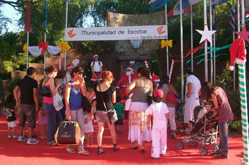 Coloridos arreglos y una generosa alfombra roja resaltan en la plaza escobarense.
