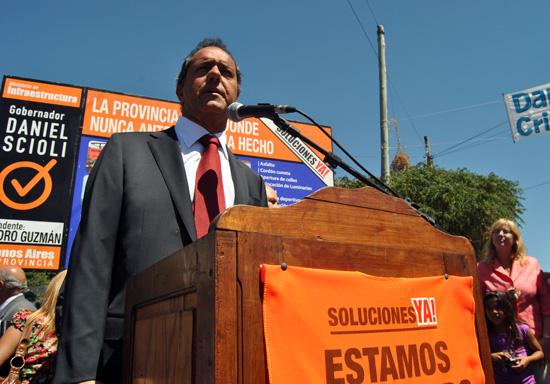"""""""Queremos que en cada barrio se sienta el cambio"""", afirmó el gobernador en el acto en Lambertuchi."""