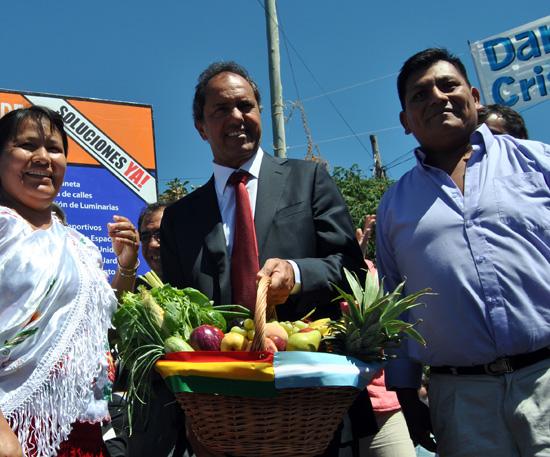 Representantes de la colectividad boliviana le obsequiaron canastas de frutas y verduras a Scioli.
