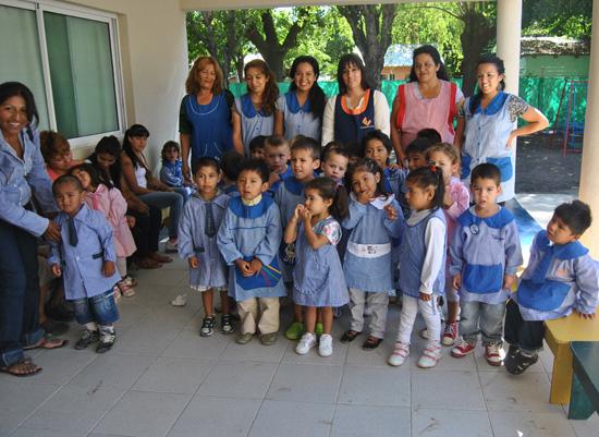 La comunidad educativa del Jardín Maternal de Lambertuchi, feliz por el nuevo edificio.