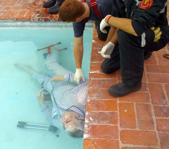 Personal de Bomberos retiró el cadáver de la pileta.