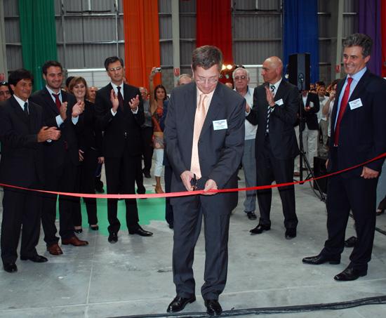 El director general de Materis Paints, René Riu, realizó el corte de cintas en la nave de logística de la planta.
