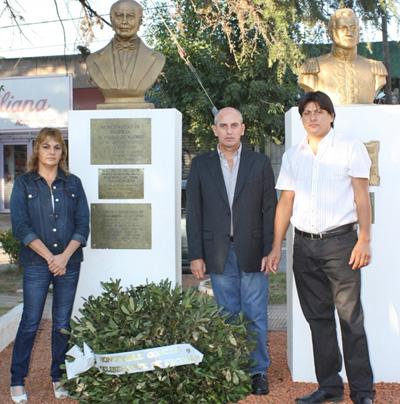 Los concejales María Rosa Pereyra, Elio Miranda y Cristian Romano, en la conmemoración que se hizo en la plaza Nazarre.