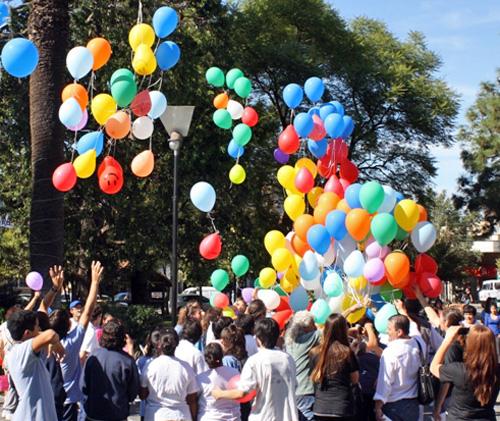 La suelta de globos simbolizó la elevación al cielo de los buenos deseos de los presentes.