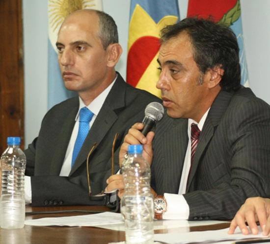 El intendente Sandro Guzmán da su discurso. Al lado, el presidente del Concejo Deliberante, Elio Miranda.