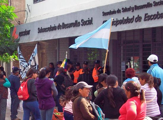 Los manifestantes esperaron pacíficamente afuera mientras se realizó la reunión.