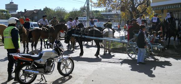 Caballos y carruajes dieron la nota de color en la manifestación, que terminó frente a la fiscalía.