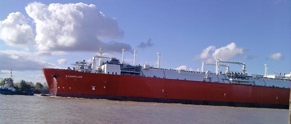 El buque belga, en aguas del Paraná. Recibirá su primera carga este sábado 28.