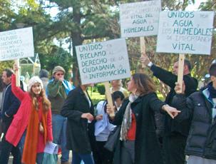 Los manifestantes, con sus pancartas en alto.